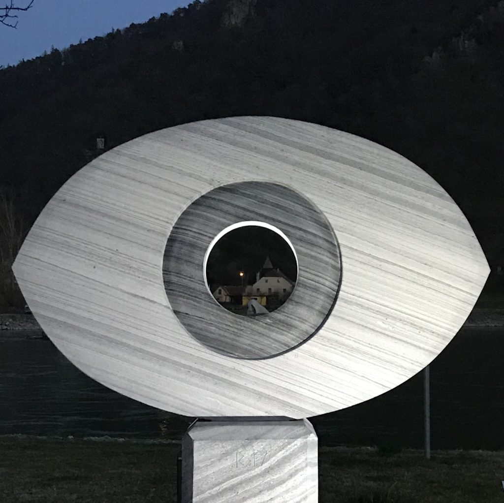 Blick durch das Wachauer Auge zur Nase am gegenüberliegenden Ufer