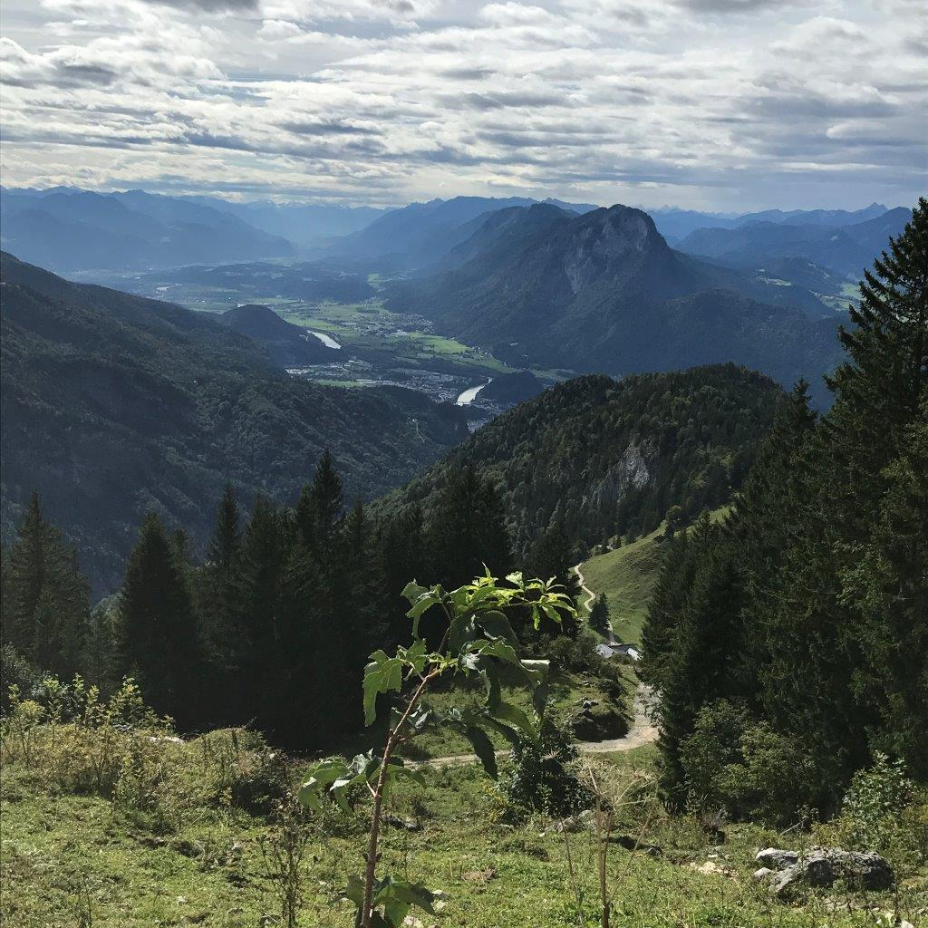 Abstieg zurück ins Kaisertal mit Blick ins Inntal