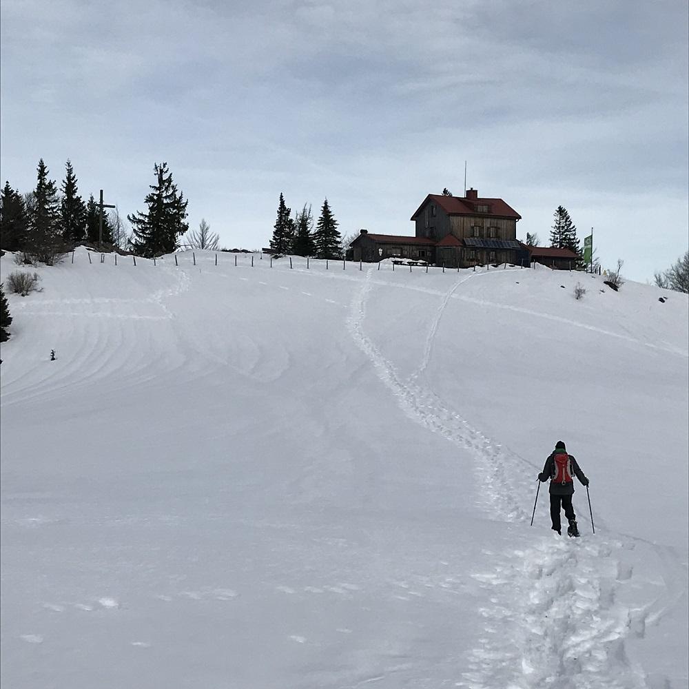 Eisenstein mit Gipfelkreuz und Julius-Seitner-Hütte