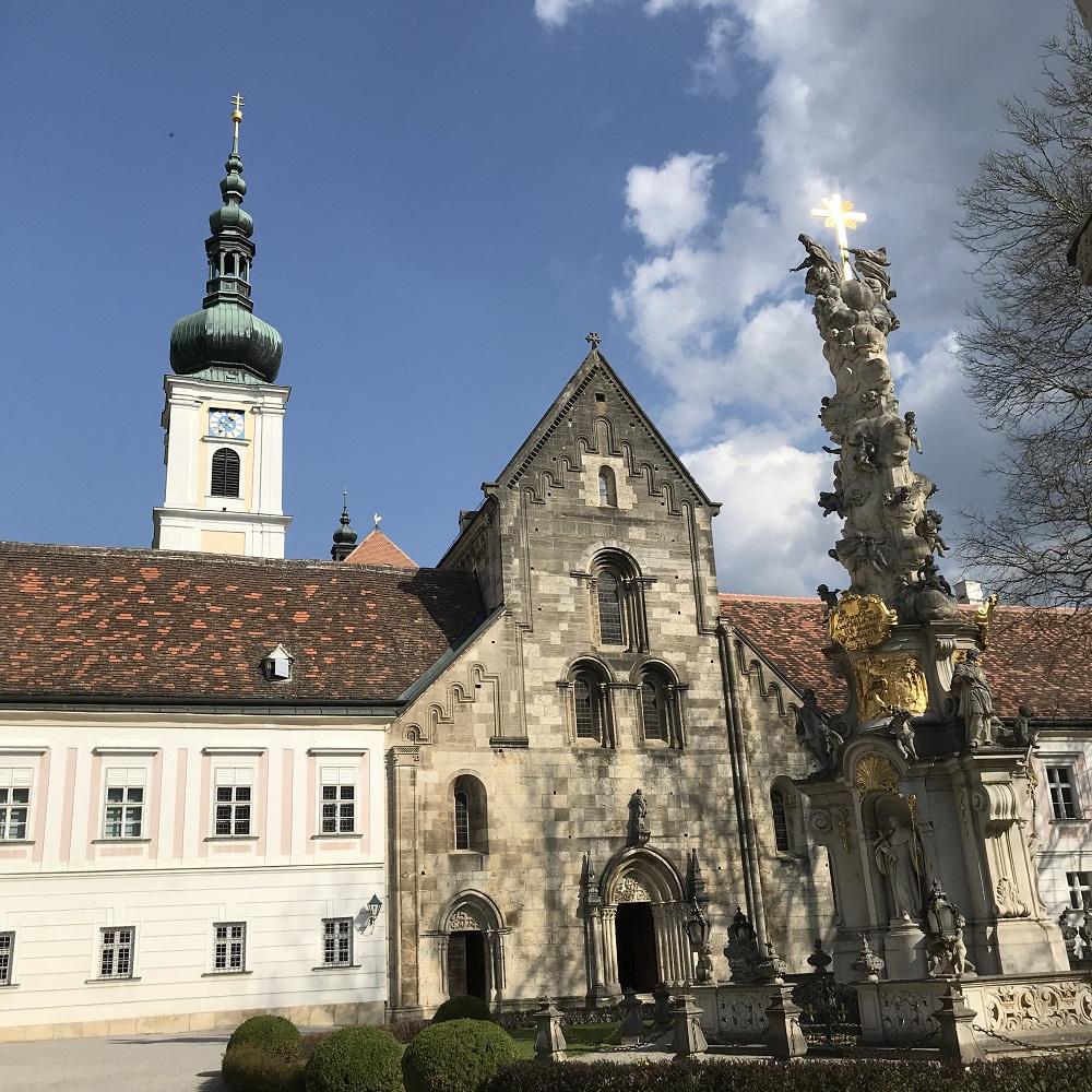 Eingangsportal der Stiftskirche und Dreifaltigkeitssäule