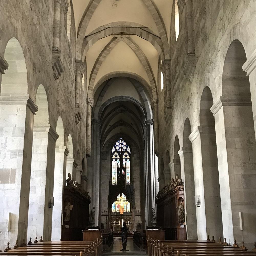 das romanische Langhaus der Stifskirche