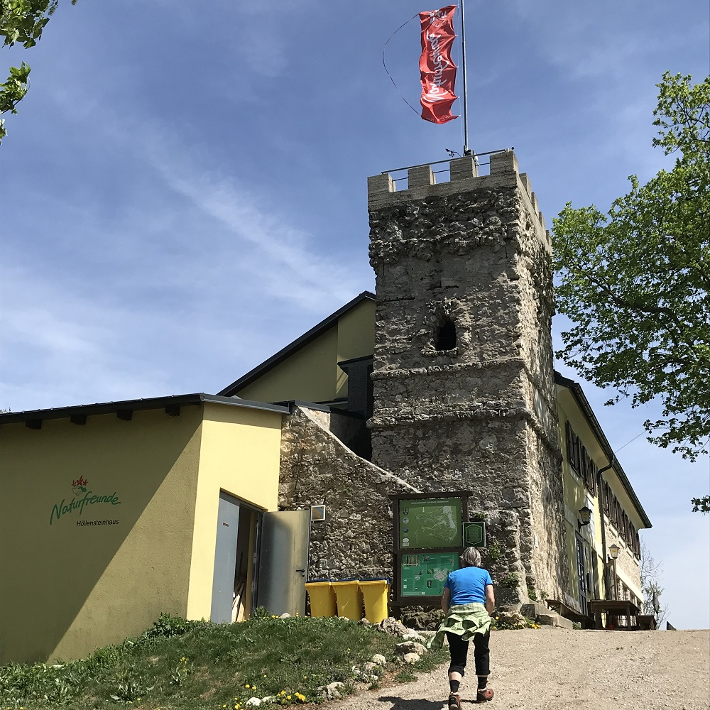 Das Höllensteinhaus mit Julienturm (Aussichtswarte) am Gipfel des Höllenstein