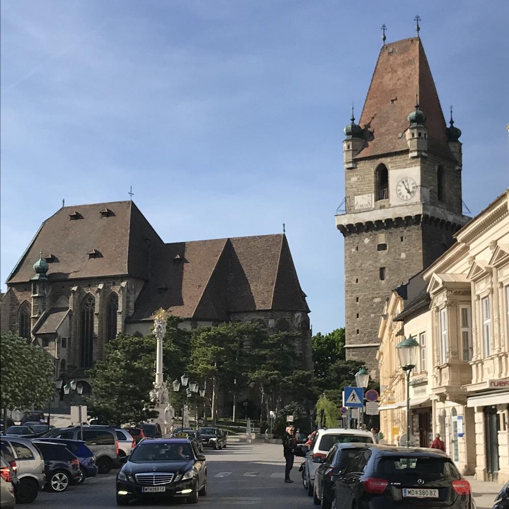 Marktplatz in Perchtoldsdorf mit der Wehrkirche
