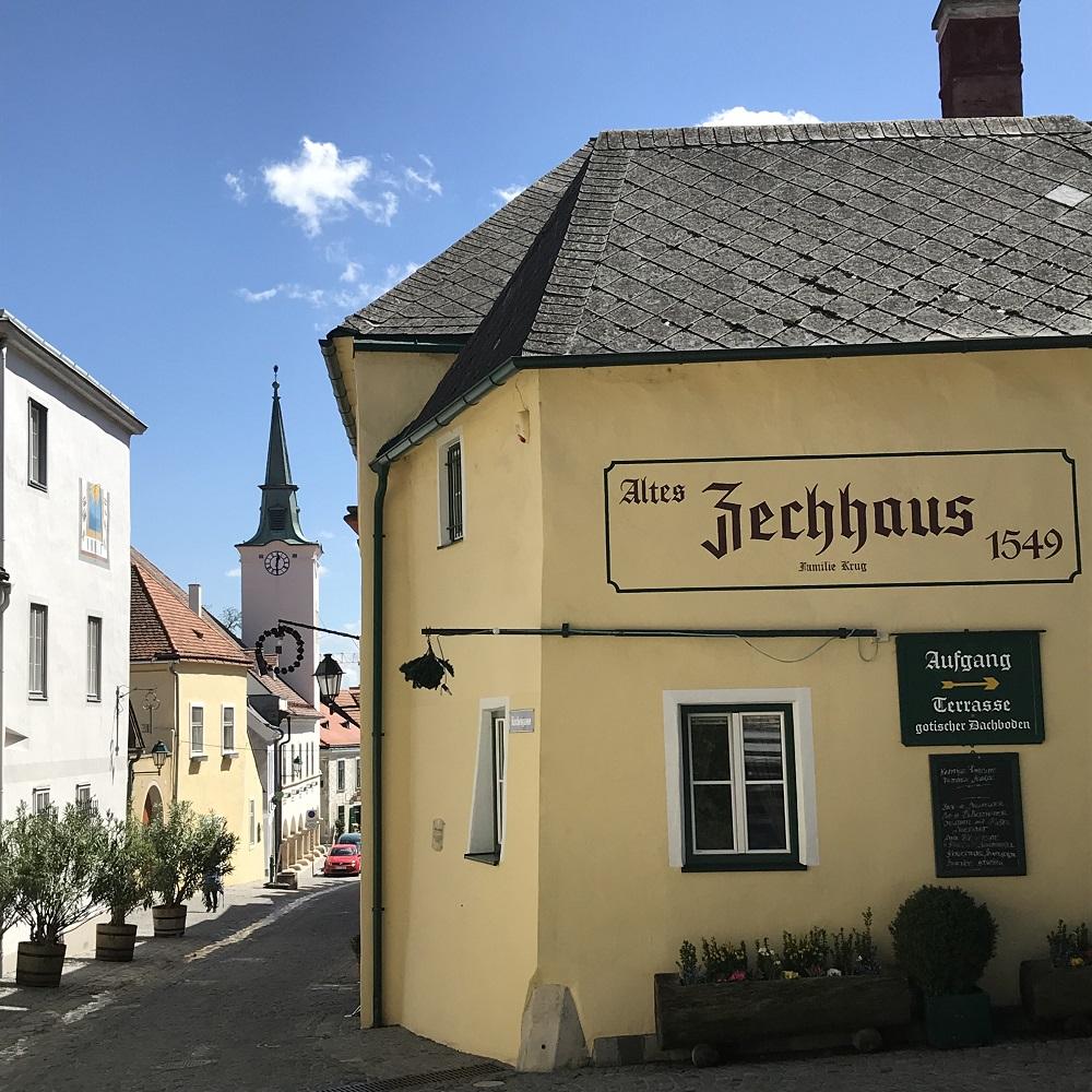 Gumpoldskirchen - Blick vom Kirchenplatz zum Rathaus