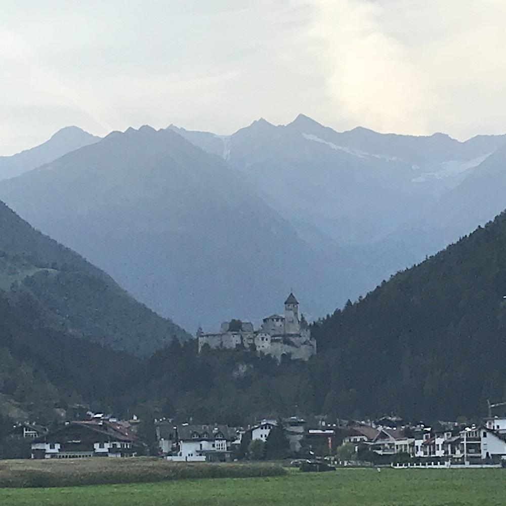 Burg Taufers am Eingang des Ahrntals