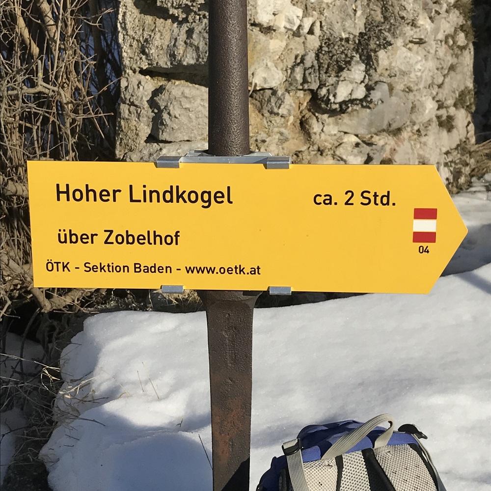 Wegweiser bei der Kapelle in Schwarzensee