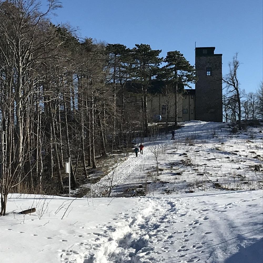 Schutzhaus Eisernes Tor auf dem Gipfel des Hohen Lindkogels