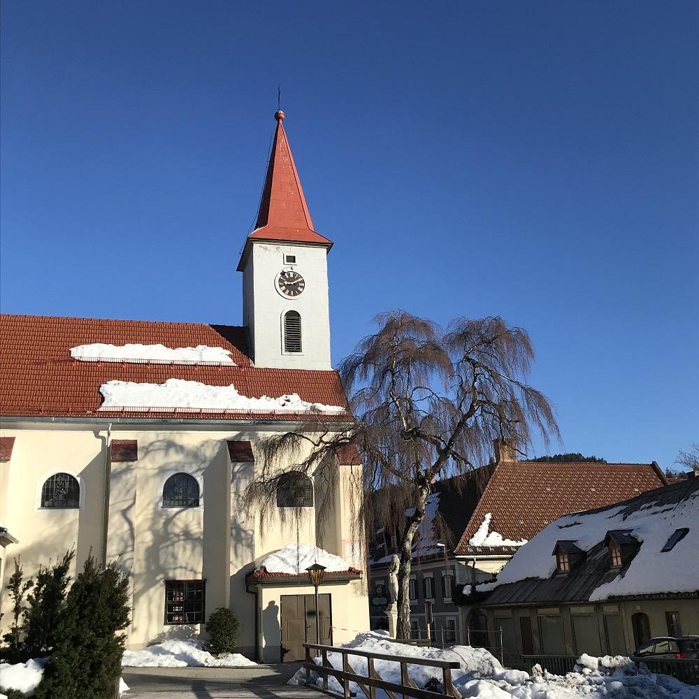 Parken bei der Kirche in Hohenberg