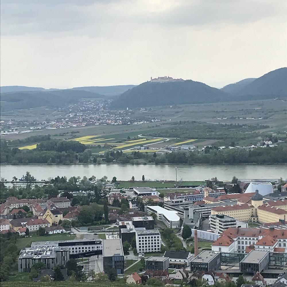 Blick nach Stein, im Hintergrund Stift Göttweig