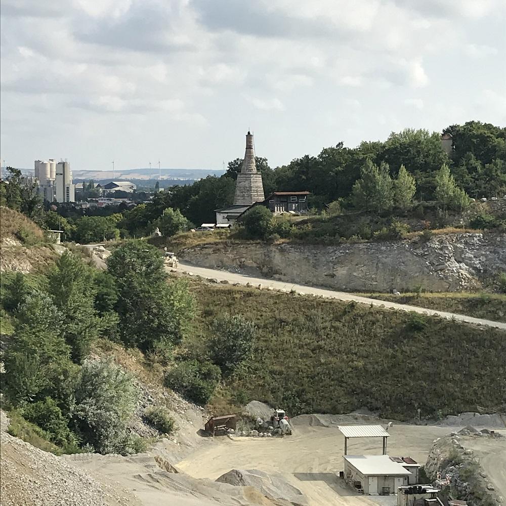 Blick über den Steinbruch zum Zementwerk und zum Kalkofen Baxa