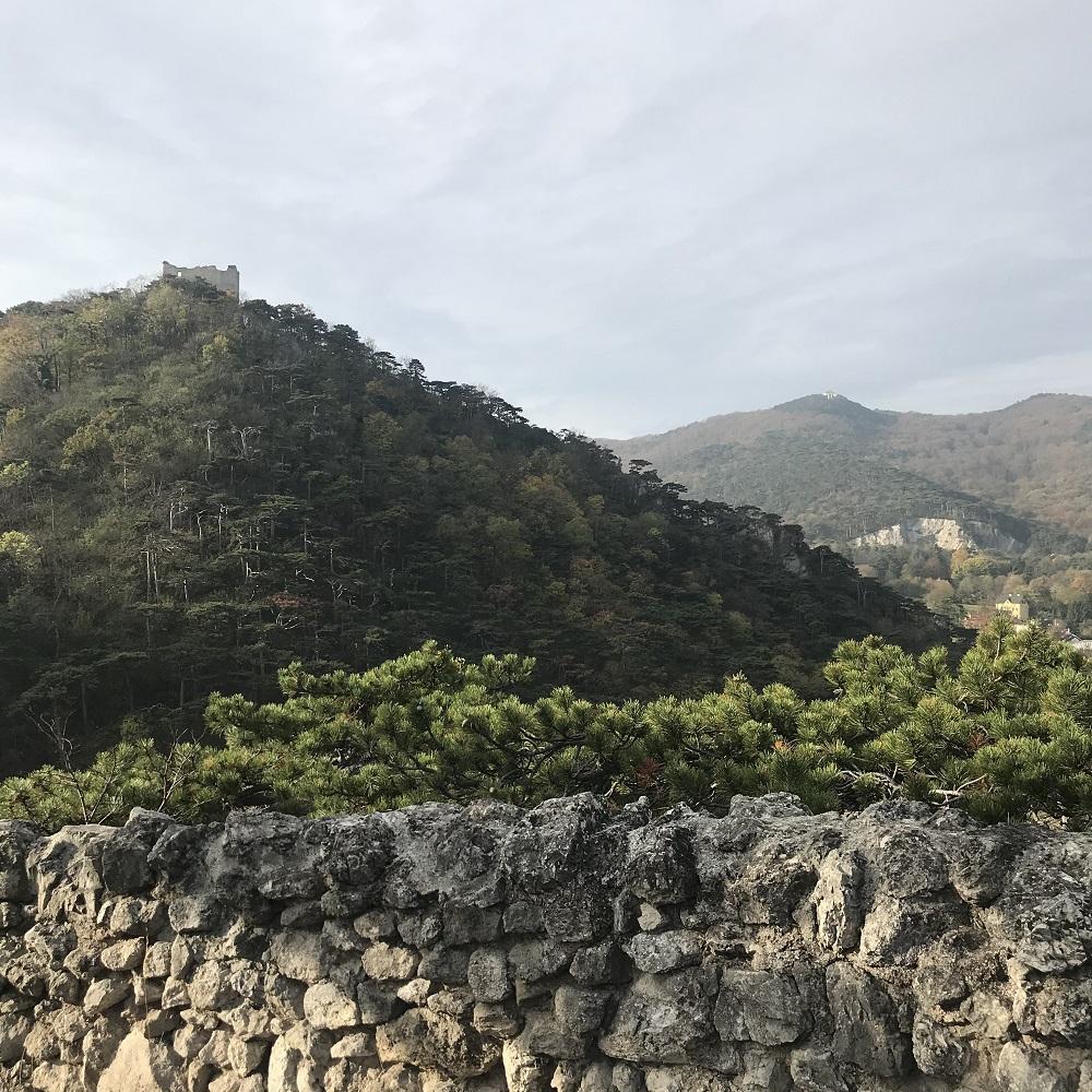 Blick von der Jordankanzel auf die Burg Mödling und den Kleinen Anninger