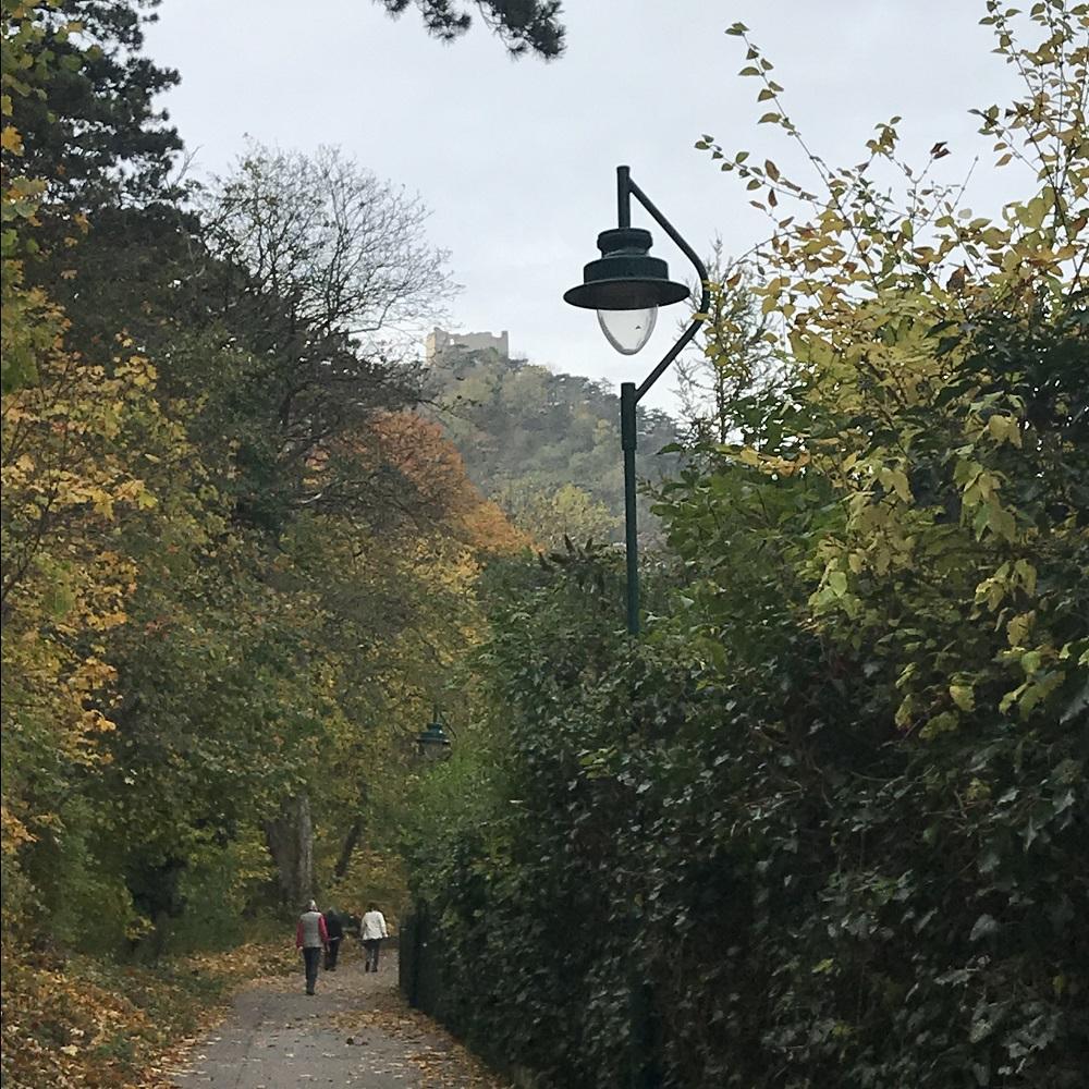 Weg durch die Klause mit Blick zur Burg Mödling
