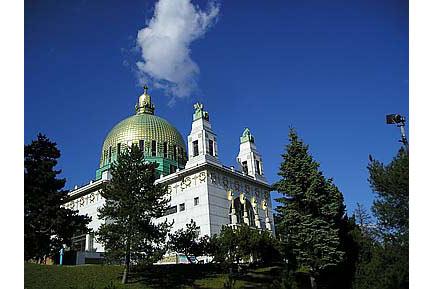 Die-Otto-Wagner-Kirche-am-Steinhof-Fenster-von-Kolo-Moser-ist-eines-der-Hauptwerke-des-Jugendstils-in-Wien