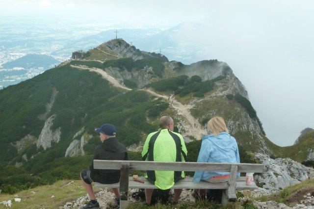Blick-vom-Salzburger-Hochthron-zur-Bergstation-der-Untersbergbahn