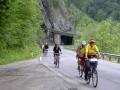 Der Radweg führt im Gesäuse fast durchgängig auf der Bundesstraße. Hier Fahrt durch eine Lawinengalerie