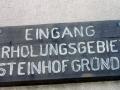 Der Eingang in die Steinhofgründe ist unmittelbar neben der Feuerwache Steinhof